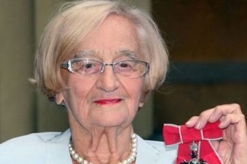 actress liz smith seen herfe in 2009 holding her mbe has died